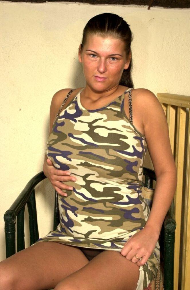 Brünette im Camouflageshirt